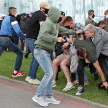 Baltarusijoje per demonstracijas opozicijos kandidatams paremti sulaikyta daug žmonių