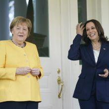 A. Merkel lankosi Baltuosiuose rūmuose