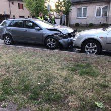 "Kapsų gatvėje susidūrė ""Mazda"" ir du automobiliai ""Audi"", moterį ištiko šokas"
