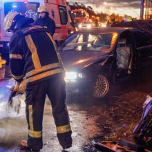 Kraupi avarija ant viaduko: yra žuvusiųjų, sužeistų, sudaužytos 6 mašinos