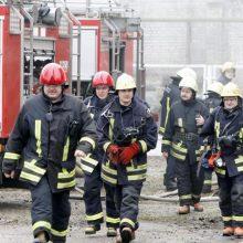 Šilalės rajone priešgaisrinės gelbėjimo tarnybos gesina degantį namą