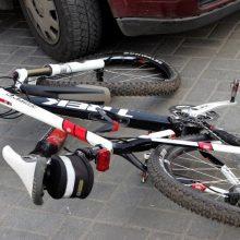 Sankryžoje automobilis partrenkė ir sužalojo dviratininką