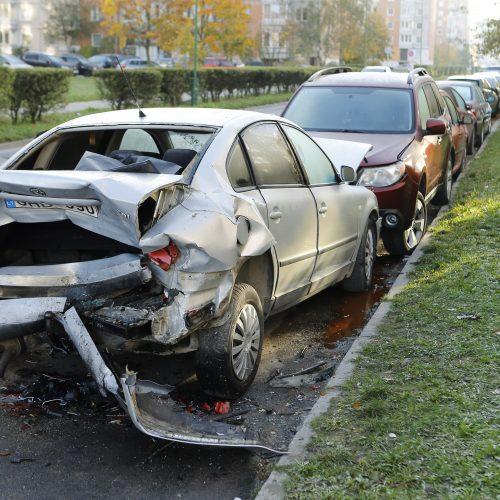 Masinė avarija Klaipėdos daugiabučio kieme  © Vytauto Petriko nuotr.