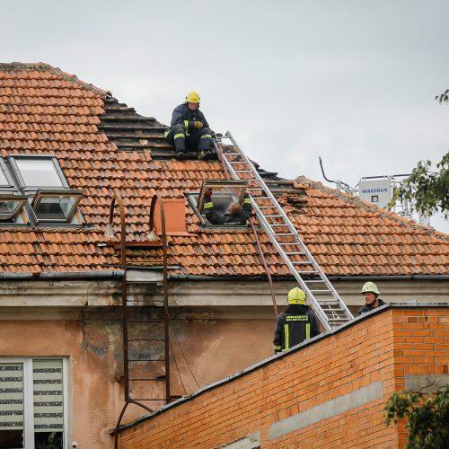Uostamiesčio daugiabučiame name – dūmai iš po stogo  © Vytauto Petriko nuotr.