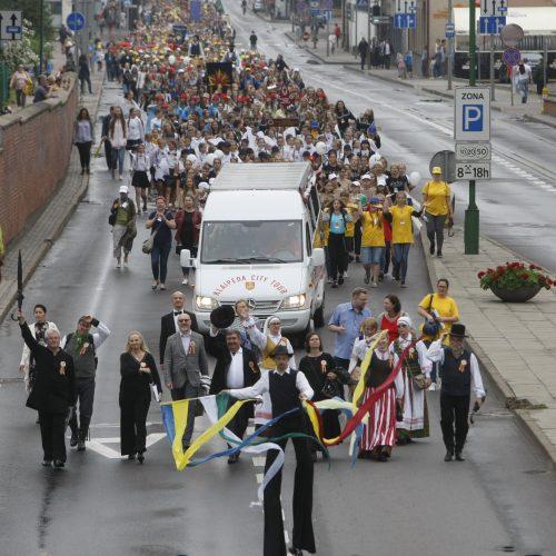 Chorų dalyvių eisena Klaipėdoje