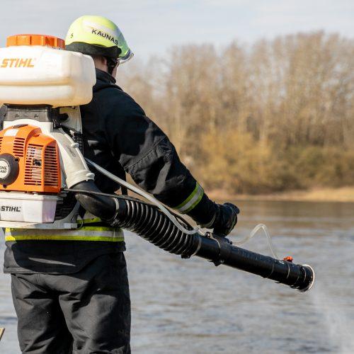 Kauno ugniagesiai aiškinasi didžiulę taršą Nemune  © Justinos Lasauskaitės nuotr.