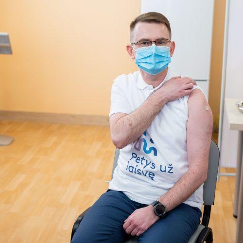 Ministras A. Dulkys skiepijosi nuo koronaviruso  © I. Gelūno / Fotobanko nuotr.