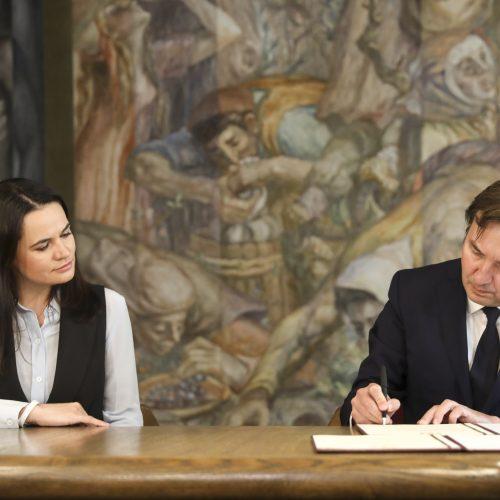 VU rektorius S. Cichanouskajai įteikė deklaraciją  © M. Morkevičiaus / ELTOS nuotr.