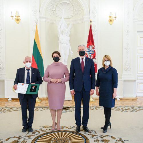 Prezidentas įteikė valstybinius apdovanojimus tėvams ir globėjams  © R. Dačkaus / Prezidentūros nuotr.