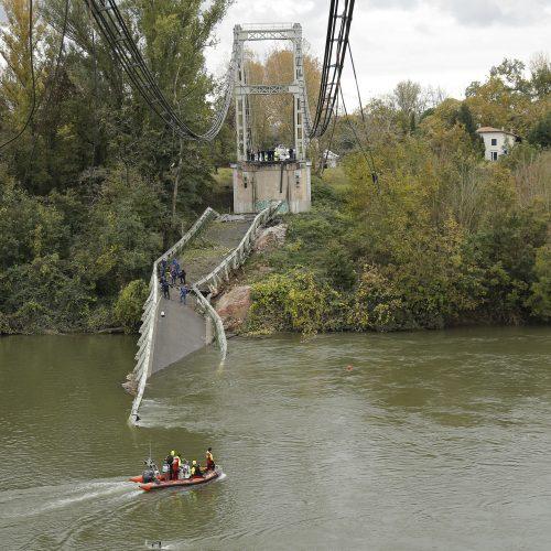 Prancūzijoje sugriuvo kabamasis tiltas  © Scanpix nuotr.