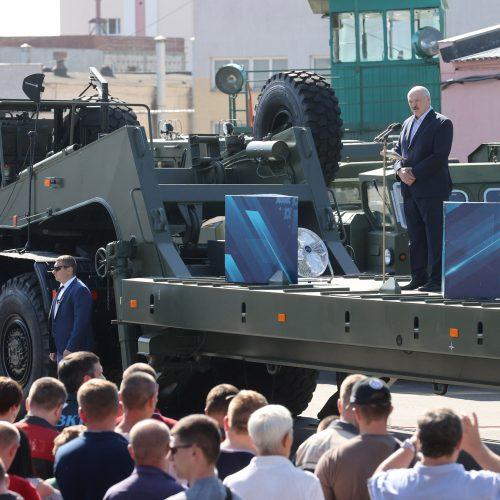 A. Lukašenka važinėja po Minsko gamyklas