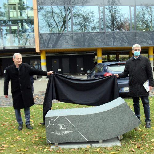 """""""Makabi"""" stadiono vietą primins skulptūra Jonavos gatvėje  © Laimučio Brundzos nuotr."""
