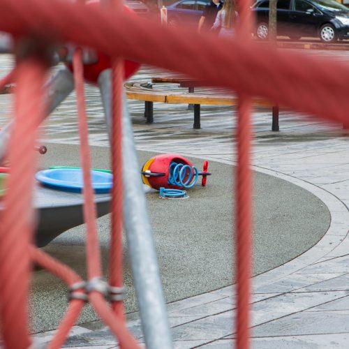 Vandalai nuniokojo centre esančią vaikų žaidimo aikštelę
