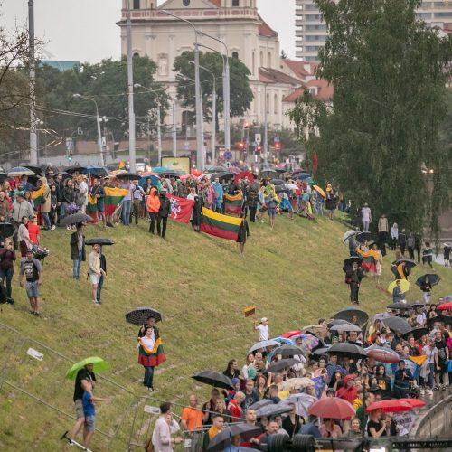 """Neries krantinėse Vilniuje – tūkstančiai vėliavų ir """"Tautiška giesmė""""  © S. Žiūros nuotr."""