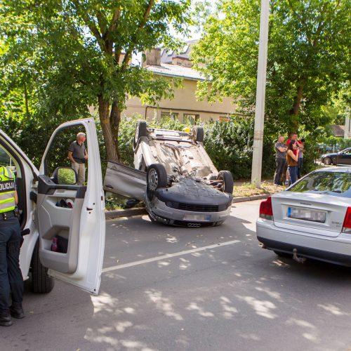 Per trijų automobilių avariją vienas apvirto ant stogo