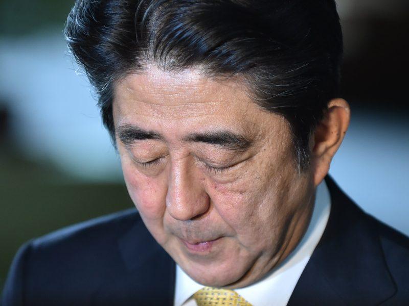 Japonijos premjeras dėl lėšų panaudojimo skandalo prarado dvi ministres