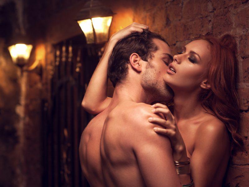 moterų vyrų varpos žvilgčiojanti erekcija