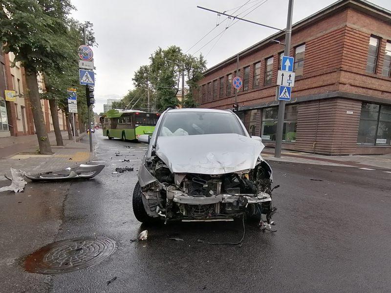 """Rytinė """"Opel"""" ir troleibuso avarija Kauno centre"""