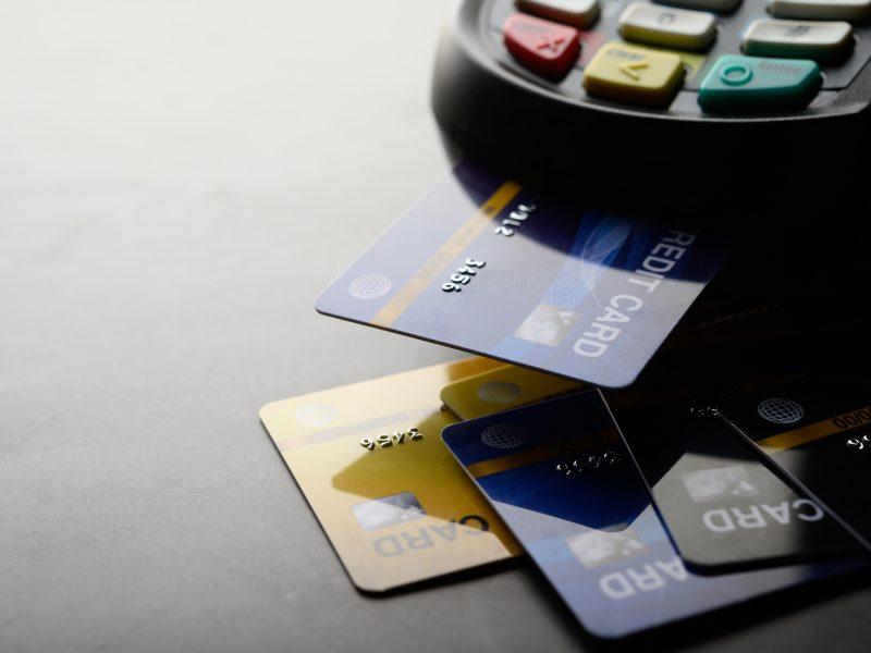 Ekonomistas apie atsiskaitymų kortelėmis nuosmukį: teigiami pokyčiai gali būti tik balandį