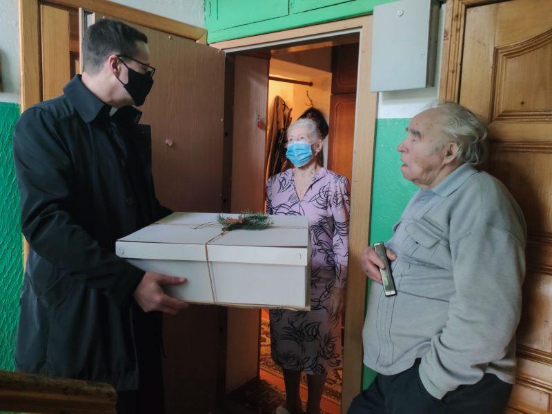 Klaipėdos universiteto pasiuntiniai vienišiems senjorams išdalijo džiaugsmo siuntinį