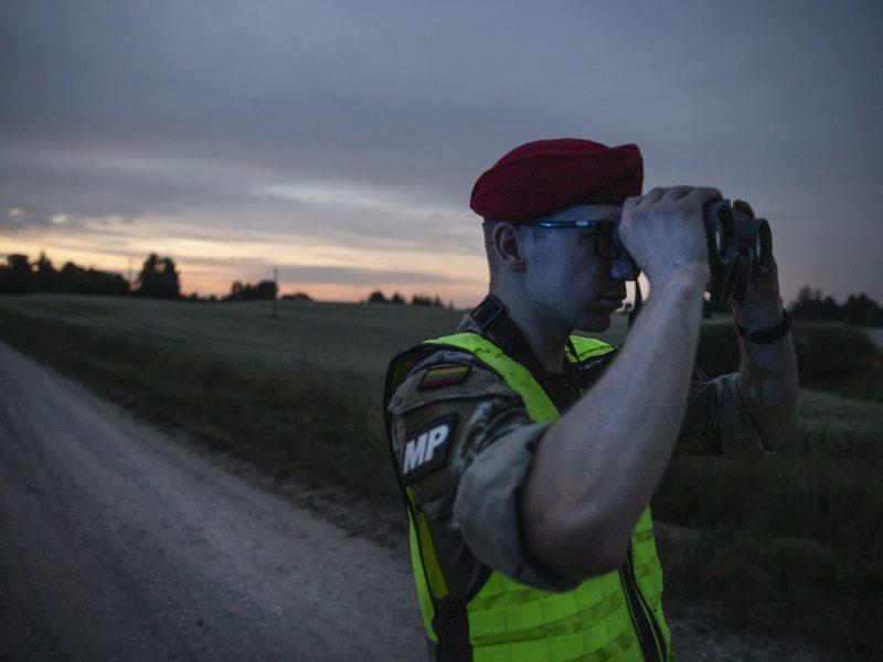 Lietuvos kariuomenės naktinis patrulis pasienyje