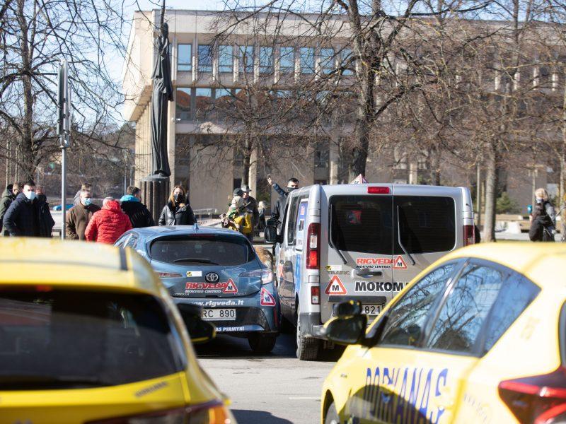 Dėl prievolės testuoti vairavimo egzaminų rengėjus prireiks keisti įstatymą