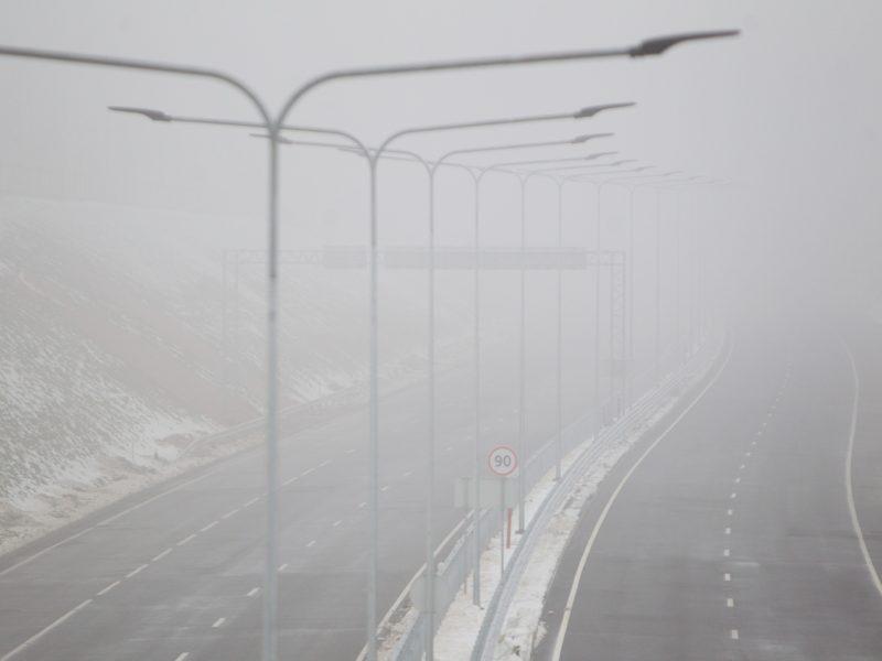 Neskubėkite: eismo sąlygas šalyje sunkina rūkas