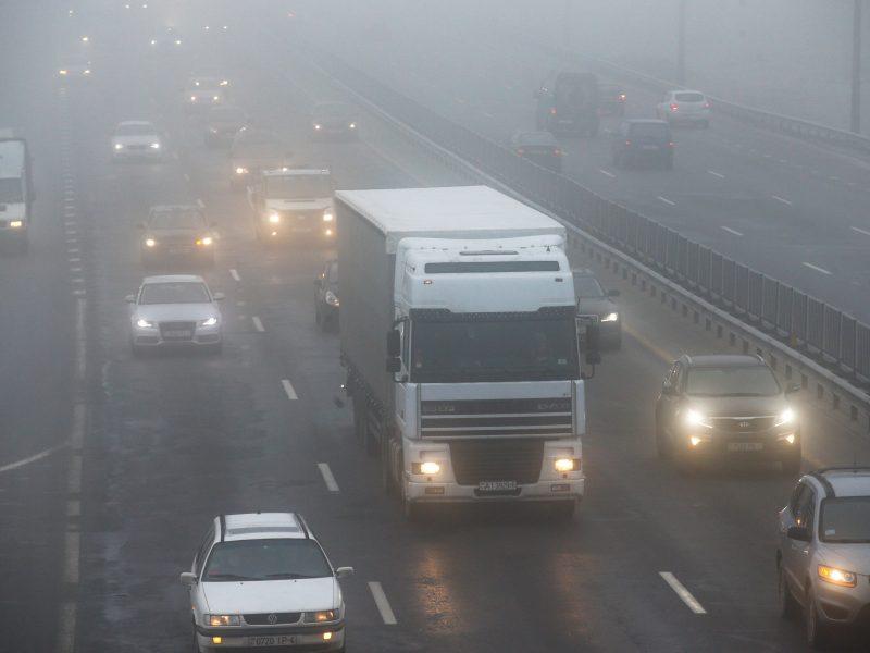 Naktį eismo sąlygas sunkins rūkas ir plikledis