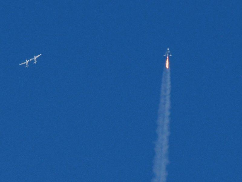 """Turistai kosmose: """"Virgin Galactic"""" erdvėlaivis pirmąkart pakilo su keleive"""