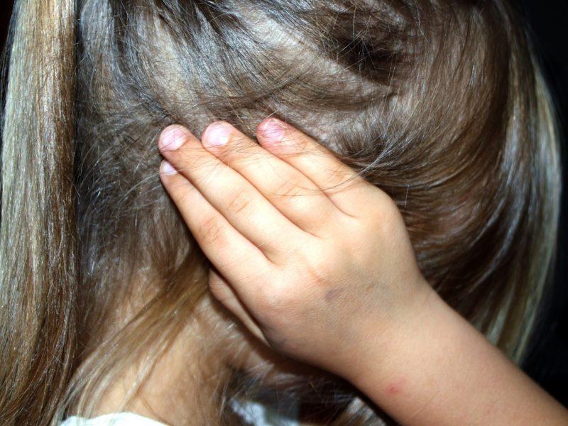 Panevėžyje neblaivi motina smurtavo prieš dukrą