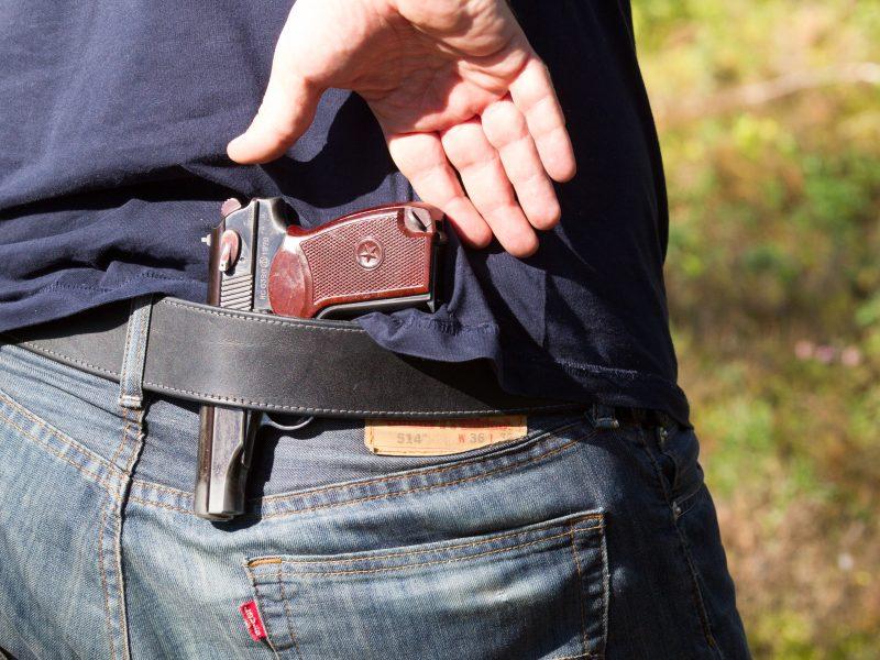 Girtas vyras grasino pneumatiniu pistoletu