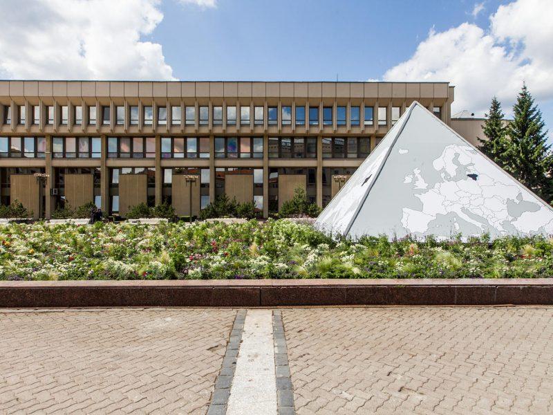 Buvęs fontanas prie Seimo rūmų šiek tiek pagražės