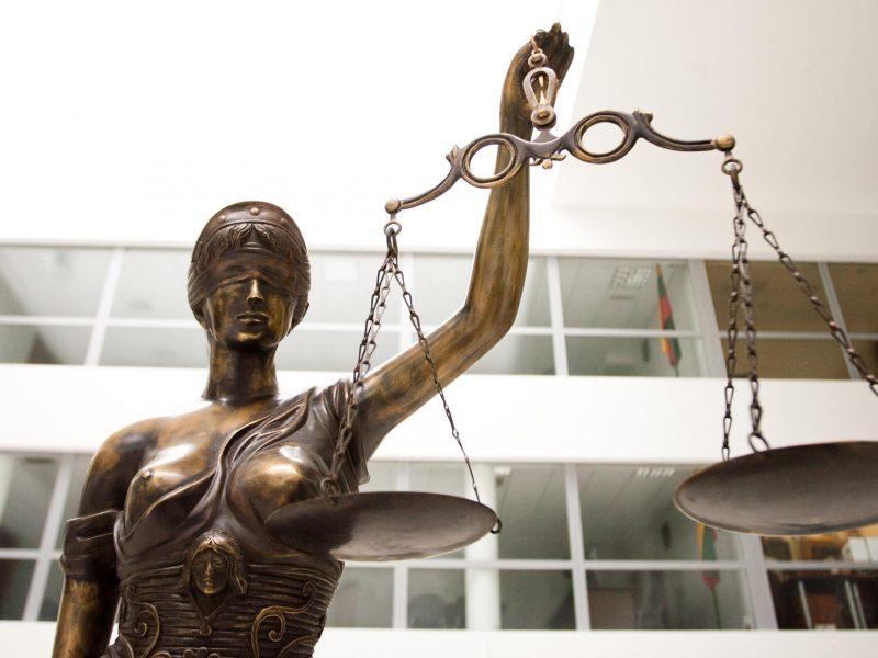 Teismas ėmė nagrinėti dukters sužalojimu įtariamos motinos bylą