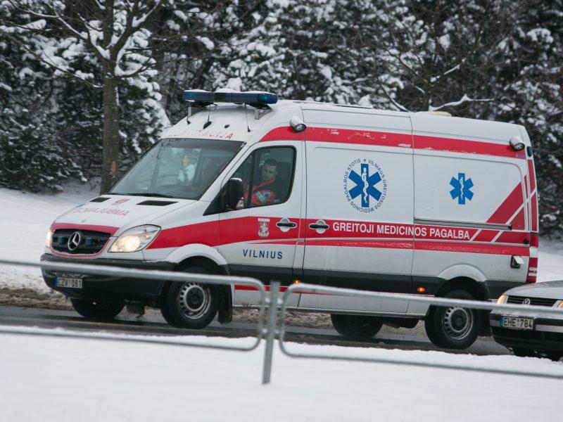 Vilniuje į sniego spąstus pakliuvo greitosios automobilis