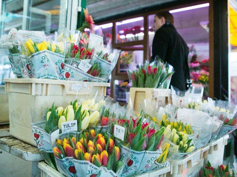 Kovo 8-ąją vyrai gėles perka glėbiais