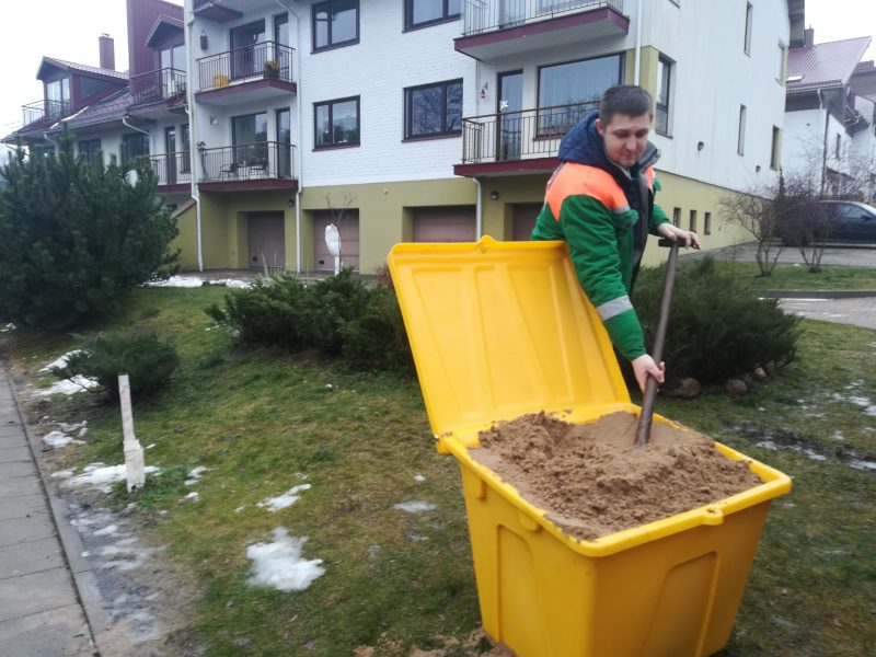 Prie statesnių Vilniaus įkalnių atsirado konteineriai su druska ir smėliu