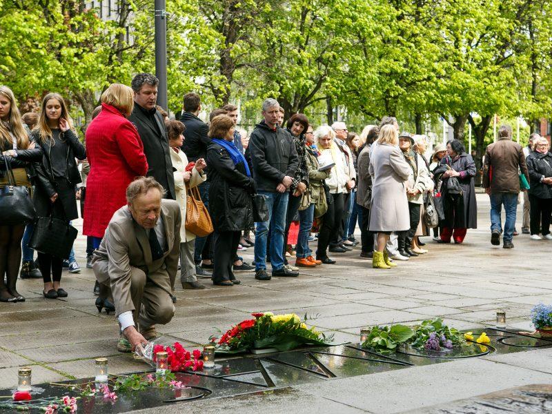 Minimos R. Kalantos žūties metinės: kviečia padėti gėlių prie paminklo