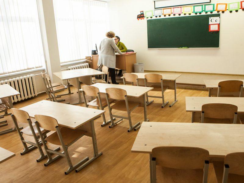 Mokyklos dėl karščių stabdo arba trumpina pamokas: vaikams iš nosies bėga kraujas