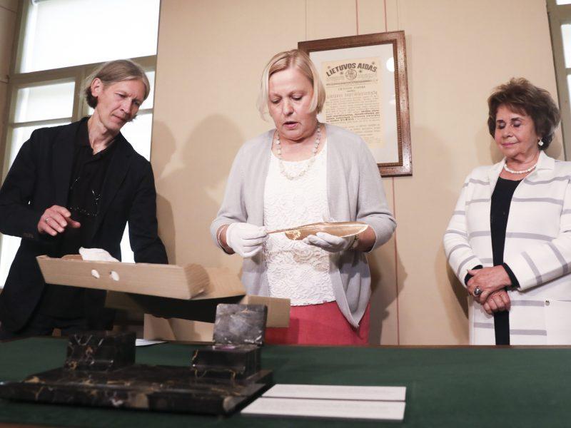 Į Lietuvą po 80 metų sugrįžo auksinė A. Smetonos plunksna