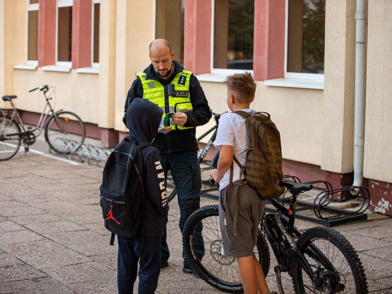 Policija tikrino, kaip dviračių ir paspirtukų vairuotojai laikosi taisyklių