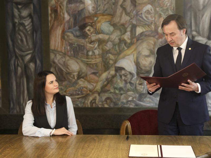 VU rektorius S. Cichanouskajai įteikė deklaraciją