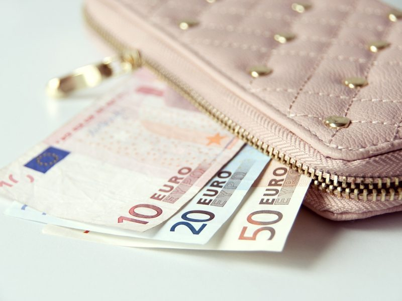 Ekonomistas: turtinė nelygybė užprogramuoja žmonių apsisprendimą nekaupti turimų lėšų