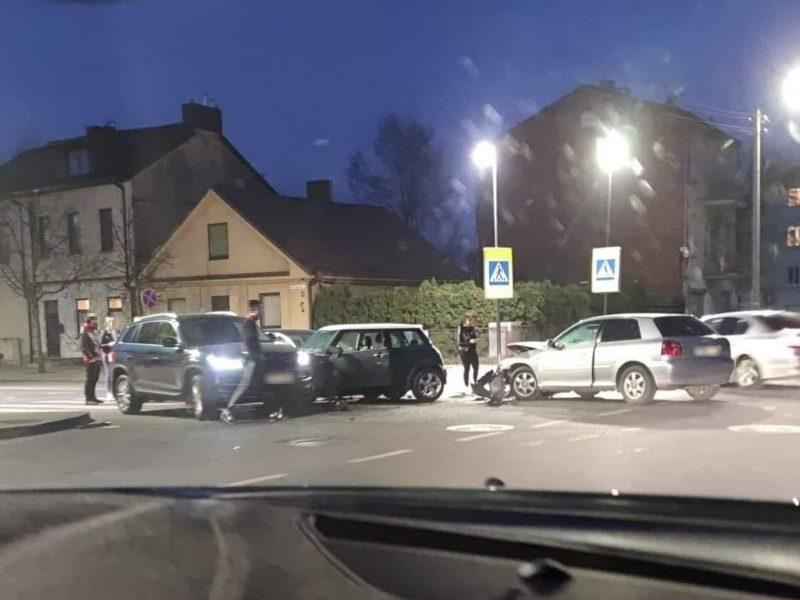 Nesėkmingas antradienio vakaras: Kauno centre susidūrė keturi automobiliai