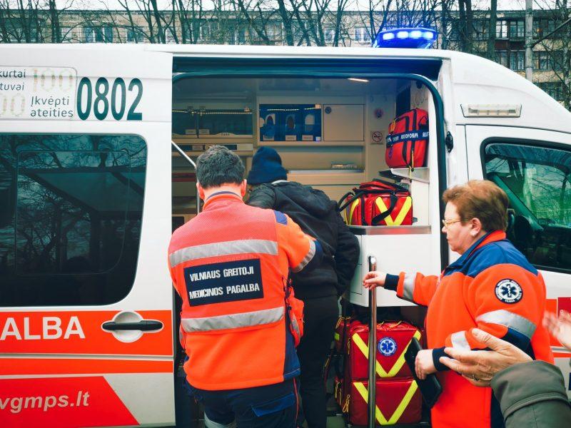 Pašiurpino abejingumas: į stotelėje susmukusį vyrą praeiviai net nesureagavo