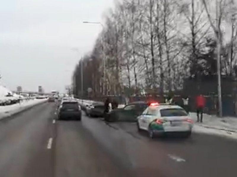 """Geležinio Vilko gatvėje – dvi eismo nelaimės: BMW rėžėsi į stulpą, """"Audi"""" detalės pažiro kelyje"""