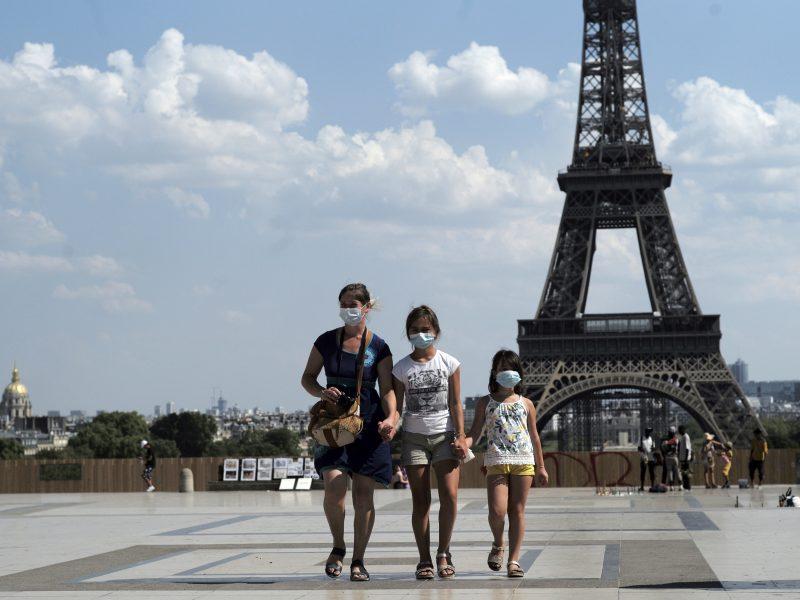 Prancūzijos premjeras ragina plėsti kaukių dėvėjimo prievolę lauke