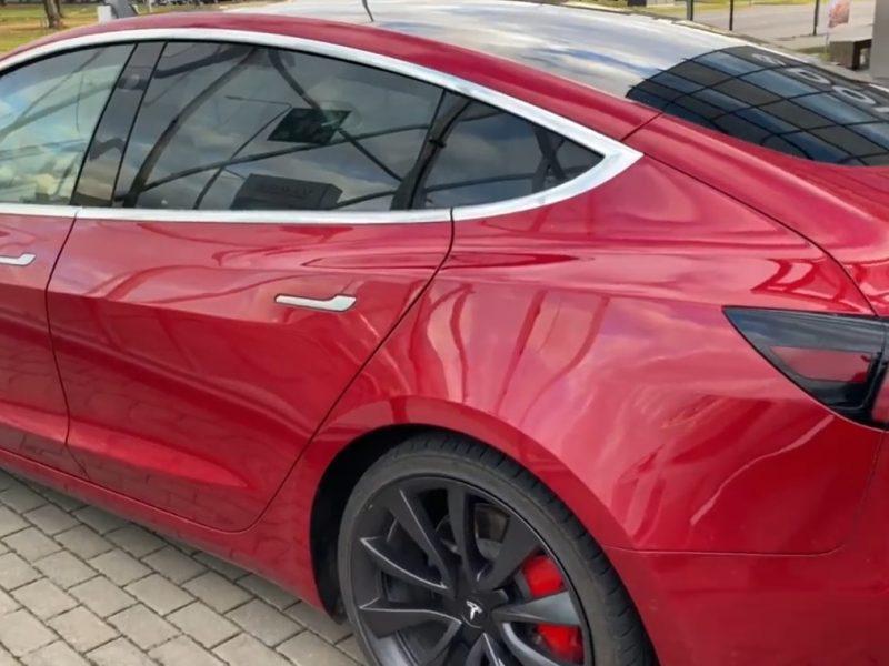 """Pareigūnams bus įteiktas """"Tesla"""" automobilis: pasižvalgyti po jo vidų galima jau dabar"""