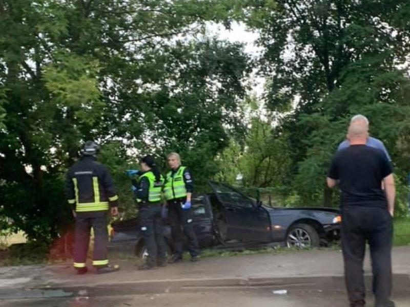 Aleksote nuo kelio nuvažiavo BMW: moteris išvežta į ligoninę