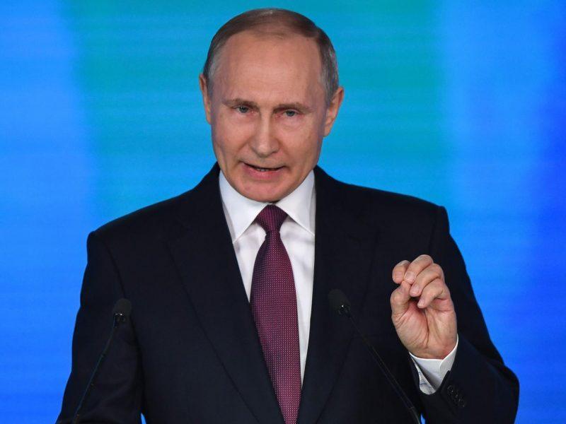 """V. Putinas pasirašė įstatymą dėl """"užsienio agento"""" etiketės"""