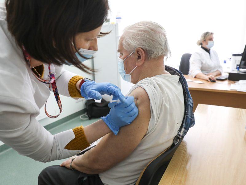 Tyrimas: trečioji vakcinos dozė žymiai sustiprina apsaugą nuo COVID-19 vyresniems asmenims